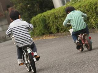 新品の自転車で友達と出かける子供