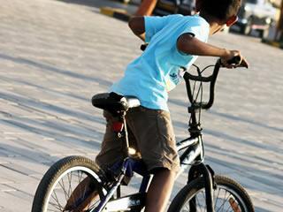 ハンドルの位置が丁度良い自転車に乗る子供