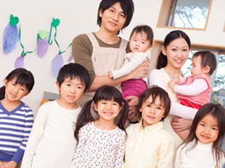保育園の子供と保育師が並ぶ