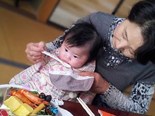 乳糖不耐症の孫のため離乳食にも気を使うおばあちゃん