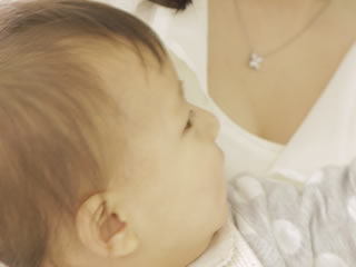 ミルクが欲しくて母親に甘える赤ちゃん