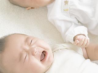 吐乳が多い顔がそっくりの双子の赤ちゃん