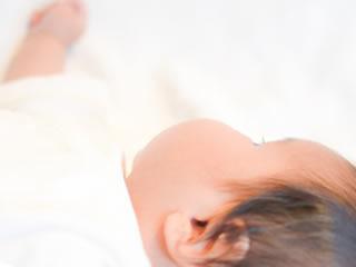乳糖不耐症の疑いがあり自宅ケアされる赤ちゃん