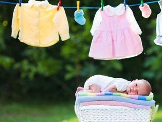 赤ちゃんの洗濯物が並んで干されている