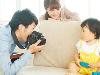 子供の写真を撮る父親