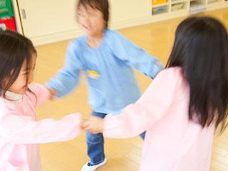 手を繋いで踊る園児達