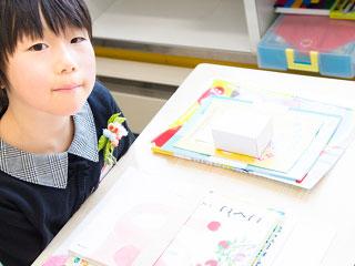 教室で授業を受ける子供