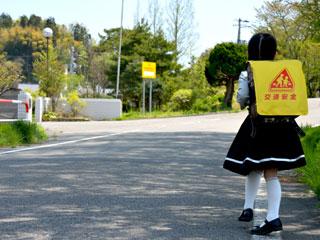 学校から帰宅する小学生