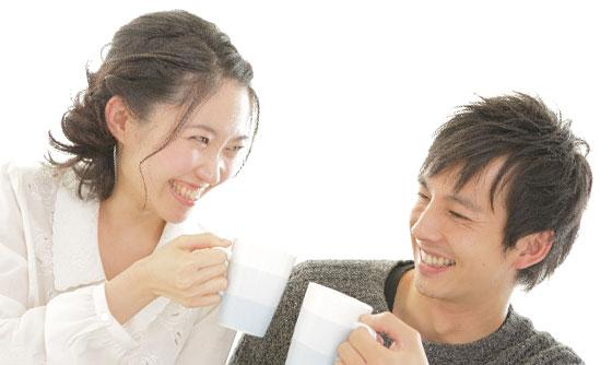 コーヒーを飲みながら笑顔で会話する男女