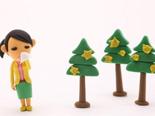 杉花粉で鼻を押さえる女性