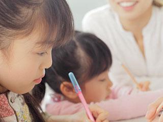 子供の勉強を見守る母親