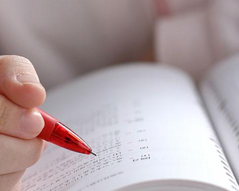 問題集をシャープペンでなぞる学生
