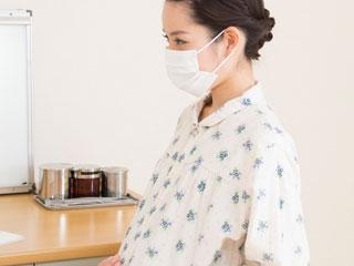 マスクした妊婦