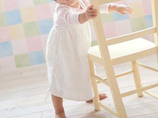 椅子につかまって立つ赤ちゃん