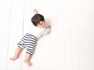 広い床でずりばいする赤ちゃん