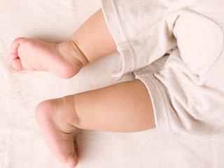 うつ伏せの赤ちゃんの足