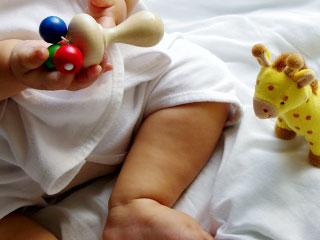 ガラガラを握る赤ちゃん