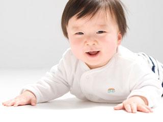 ずりばい姿勢の赤ちゃん
