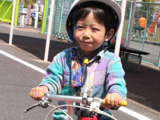 自転車にまたがる幼児