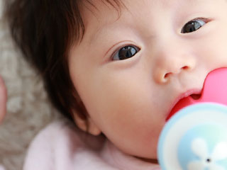 おしゃぶりを咥える赤ちゃん