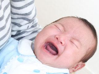 抱っこされた赤ちゃんが泣く