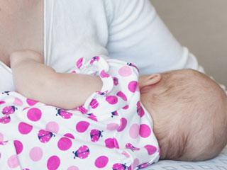 授乳する母親