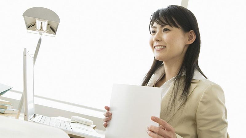 離婚で悩んでいる女性の相談に乗る女性職員