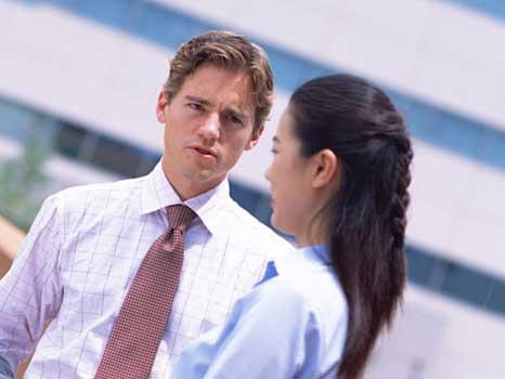 夫婦喧嘩をしている外国人男性と日本人女性
