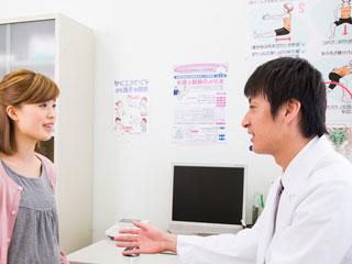 医師と話す成人女性