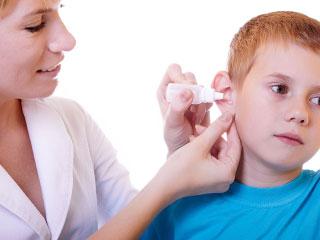 子供の耳に薬をさす看護師