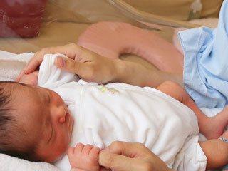 保育器で眠る新生児