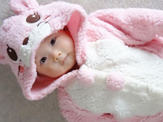 おくるみに包まれた赤ちゃん