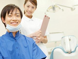 治療室の歯科医と歯科助手