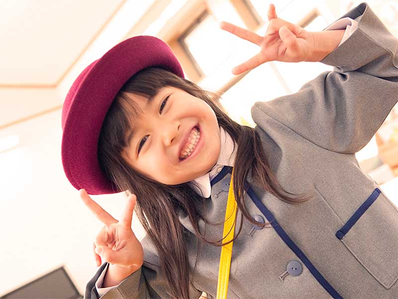 保育園に登園して笑顔の女の子