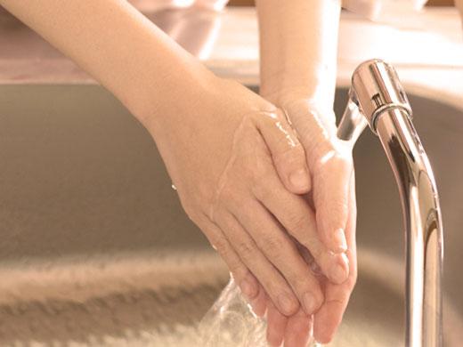 手を洗っている女性
