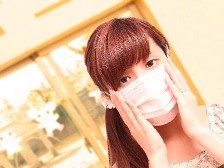 マスクをしている保育士