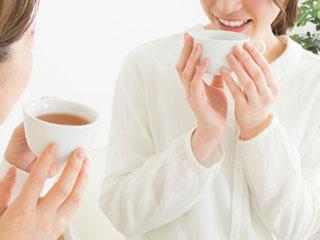 紅茶を飲む女性二人