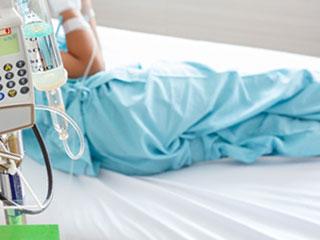 病院のベッドに寝る子供