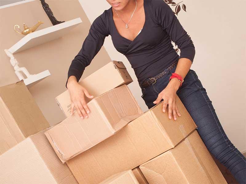 荷物をまとめている女性