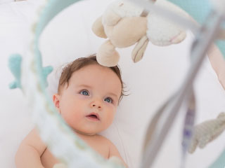 メリーを見つめる赤ちゃん