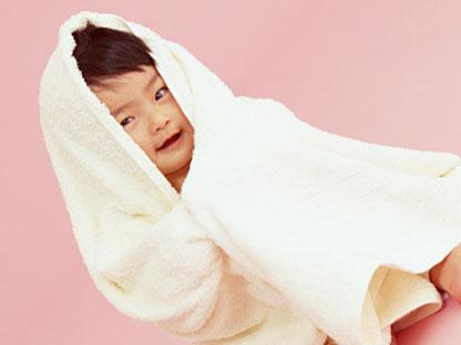 お風呂上がりでタオルに包まった赤ちゃん