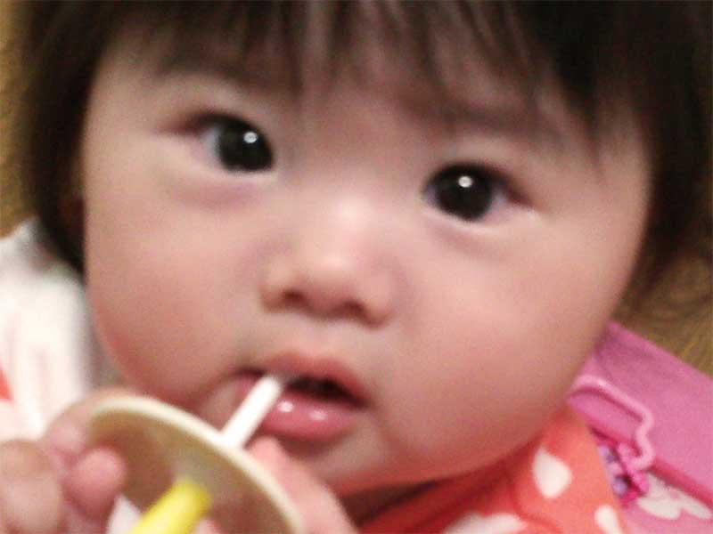 赤ちゃん用歯ブラシを咥えている赤ちゃん