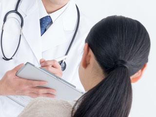 医者に相談する女性