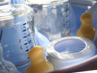 哺乳瓶の乳首が並ぶ