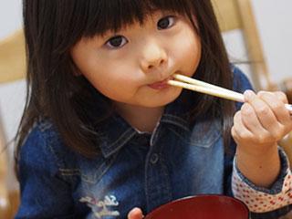箸を口に入れる幼児