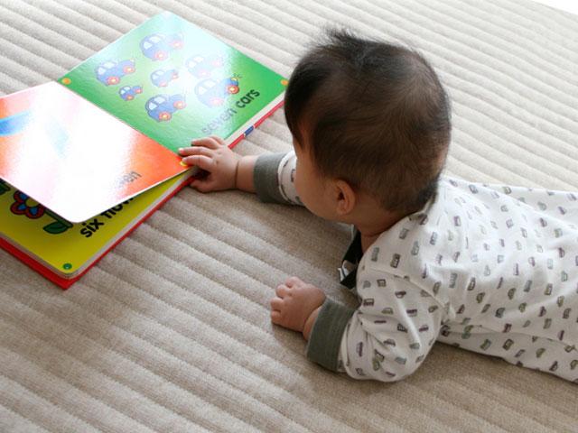 英語の絵本を見る幼児