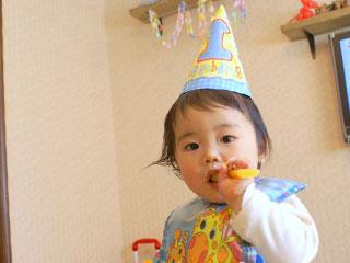 一歳の誕生日を祝う赤ちゃん