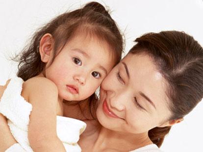 母親に頬ずりされている赤ちゃん