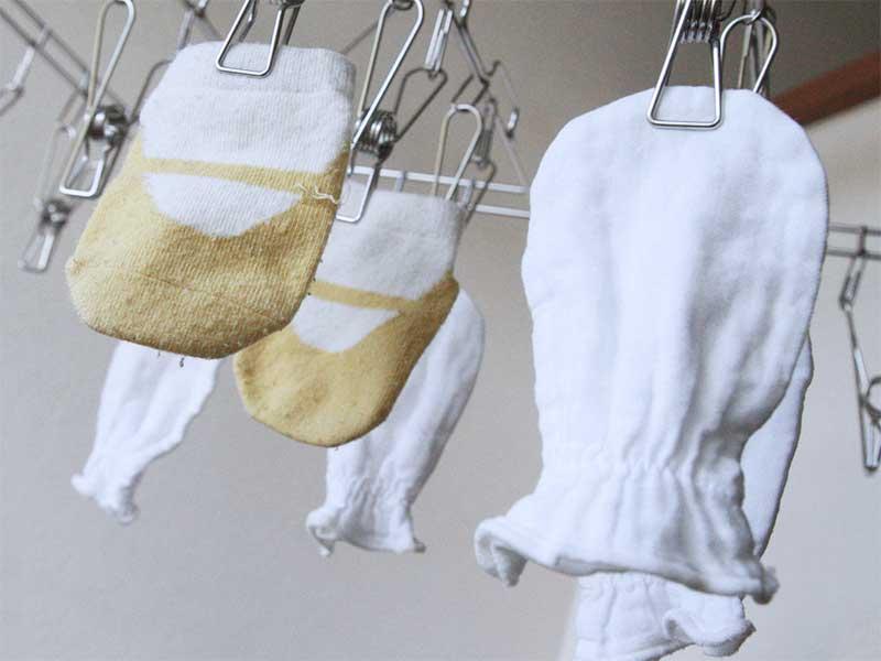 洗濯された新生児用のガーゼミトン