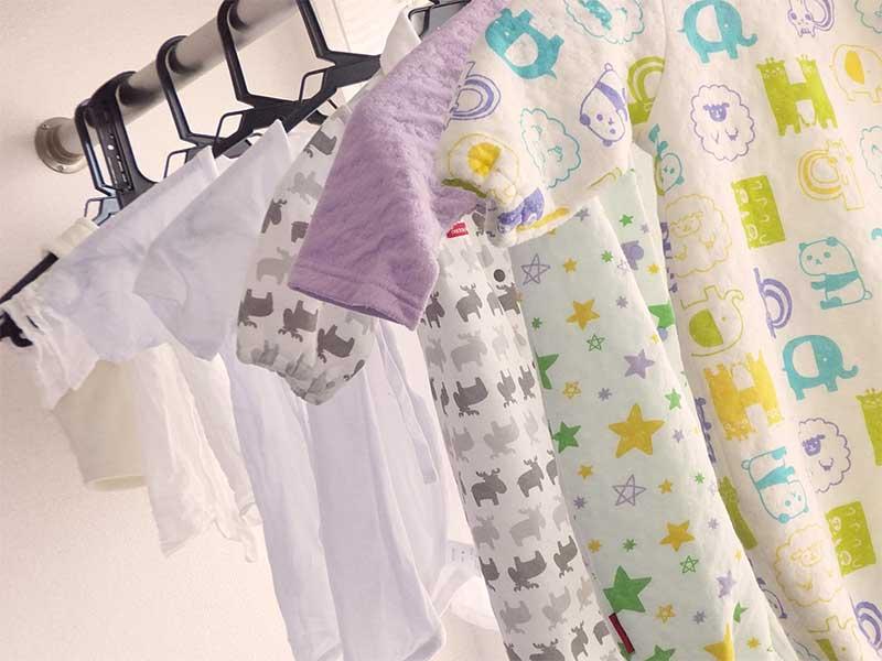 干されたベビー服などの洗濯物